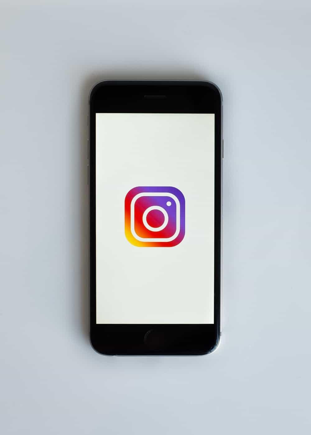 scegliere l'username di instagram, cellulare con il logo aziendale