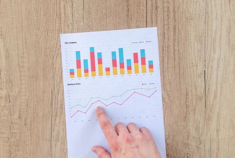 Socialbakers come funziona-grafico-indicato-da-un-dito